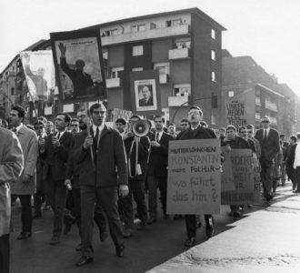 Demonstration gegen die griechische Militâ°rdiktatur. Auf der Kreuzung Hohenstaufenstraï¬e Ecke Martin-Luther-Straï¬eAufnahmedatum: 1967Material/Technik: FotoAufnahmeort: Berlin (West)
